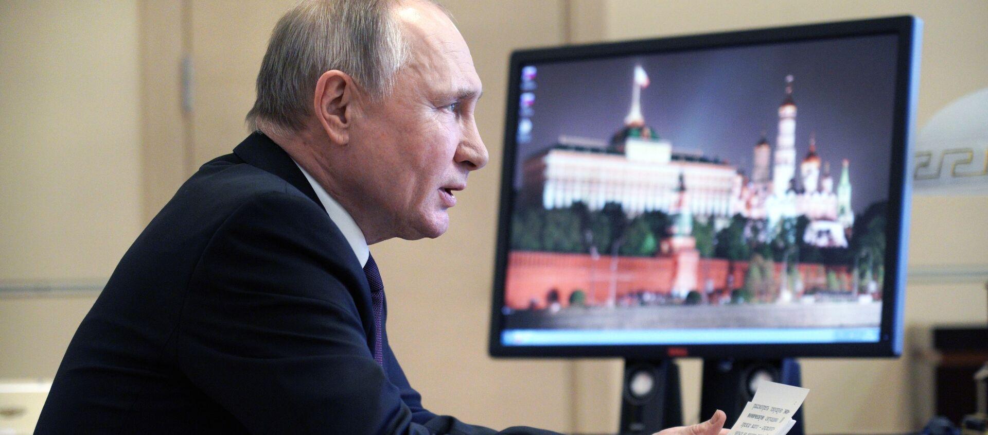 Władimir Putin, a w tle fotografia Kremla - Sputnik Polska, 1920, 16.03.2021