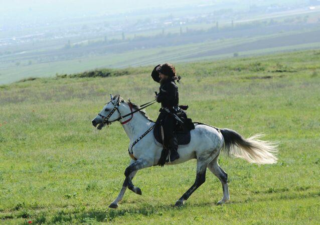 Czeczenia, mężczyzna na koniu w narodowym stroju