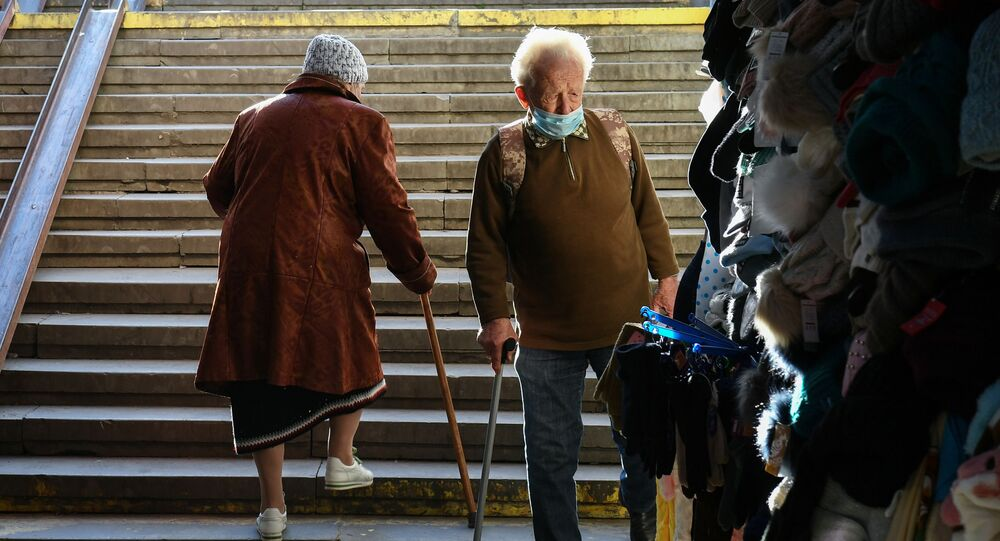 Seniorzy na schodach