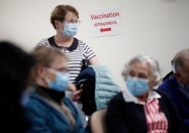 Kolejka do punktu szczepień we Francji.