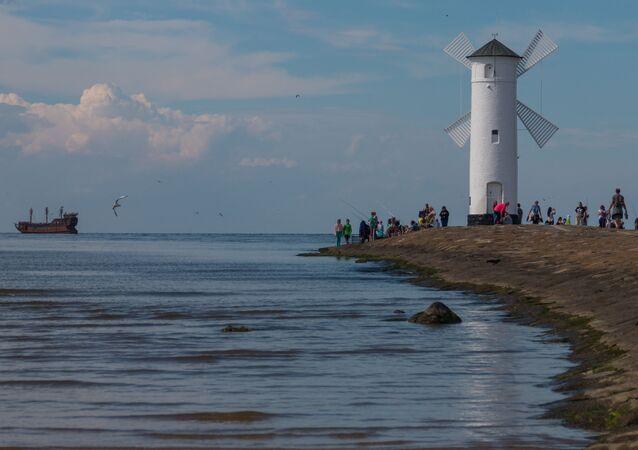 Latarnia morska w formie wiatraka dla statków wpływających do portu w Świnoujściu od strony Morza Bałtyckiego