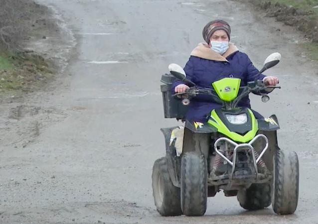 Babcia jeździ quadem