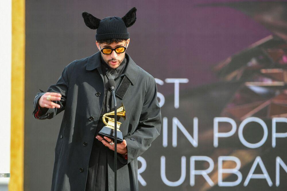 Piosenkarz Bad Bunny na 63. ceremonii rozdania nagród Grammy w Los Angeles