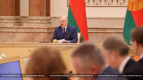 Prezydent Białorusi Alaksandr Łukaszenka podczas spotkania z członkami Komisji Konstytucyjnej - Sputnik Polska