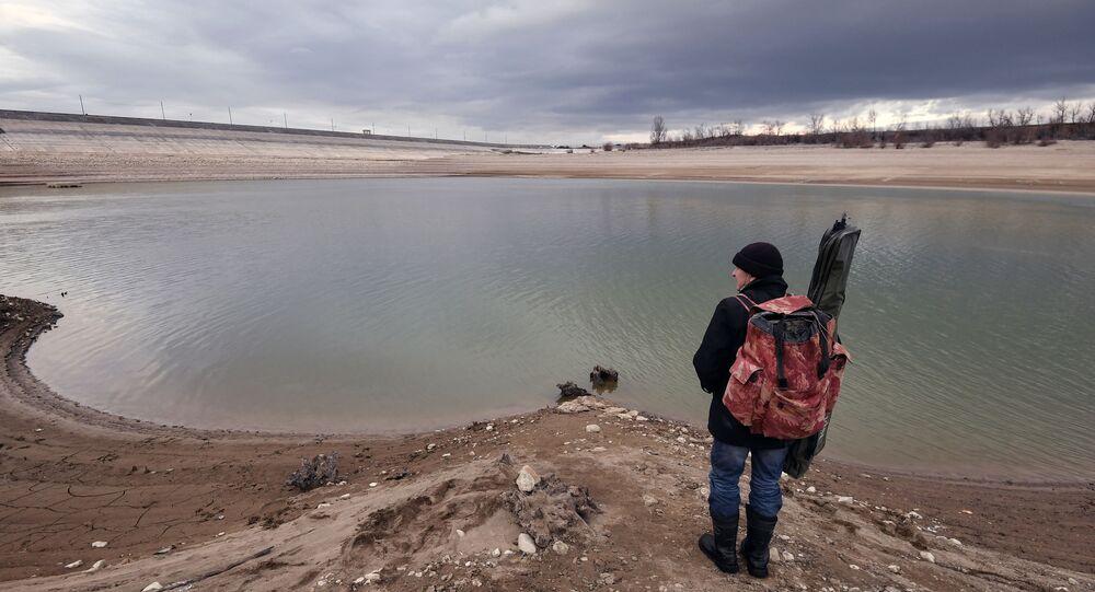 Rybak przy zbiorniku wodnym w regionie Symferopola na Krymie