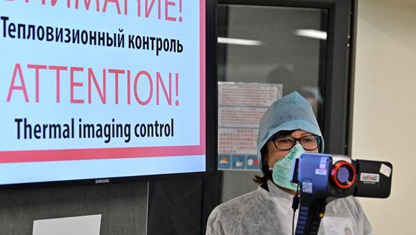 Punkt kontroli termowizyjnej dla przylatujących pasażerów na lotnisku w Mińsku. - Sputnik Polska