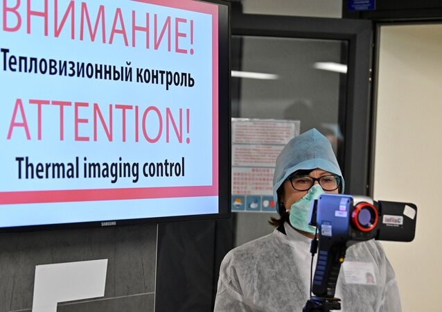 Punkt kontroli termowizyjnej dla przylatujących pasażerów na lotnisku w Mińsku.