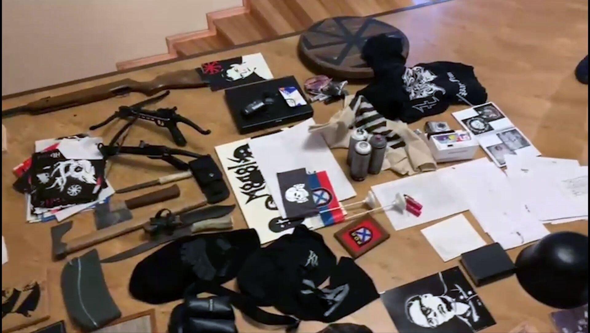 Przedmioty, skonfiskowane przez FSB podczas zatrzymania członków neonazistowskiej organizacji MKU w Gelendżyku i Jarosławiu. - Sputnik Polska, 1920, 19.03.2021