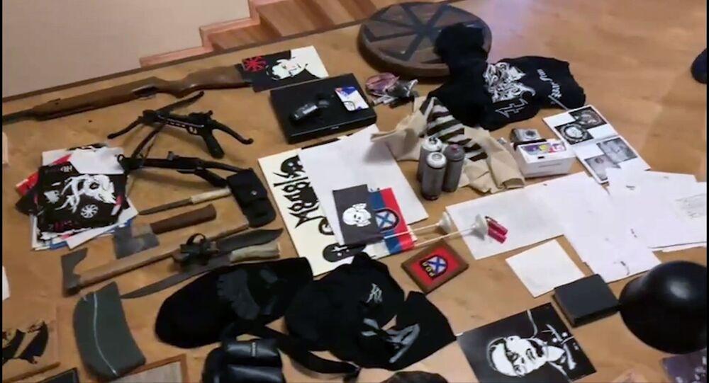 Przedmioty, skonfiskowane przez FSB podczas zatrzymania członków neonazistowskiej organizacji MKU w Gelendżyku i Jarosławiu.