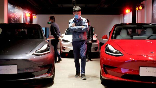 Sedan Tesla Model 3 i SUV Tesla Model X w salonie Tesli w Szanghaju. - Sputnik Polska