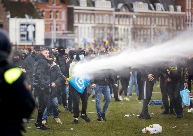 Policja w Amsterdamie używa armatek wodnych do rozpędzenia protestujących przeciwko ograniczeniom epidemiologicznym.