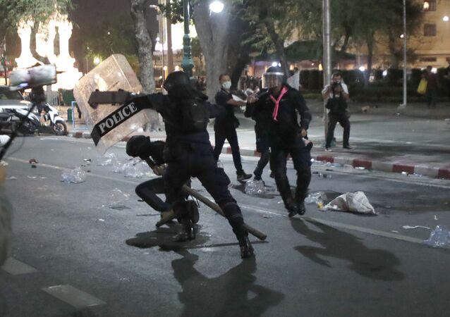 Policja rozpędza demonstrację, Bangkok