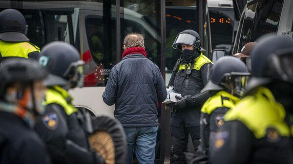 Policja zatrzymała 58 osób podczas nielegalnej demonstracji w Amsterdamie przeciwko ograniczeniom epidemiologicznym. - Sputnik Polska