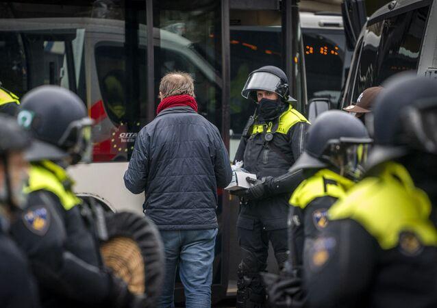 Policja zatrzymała 58 osób podczas nielegalnej demonstracji w Amsterdamie przeciwko ograniczeniom epidemiologicznym.