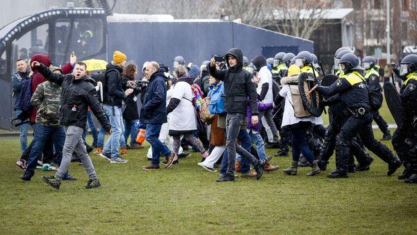 Demonstracja przeciwko środkom ograniczającym dotyczącym koronawirusa w Amsterdamie - Sputnik Polska