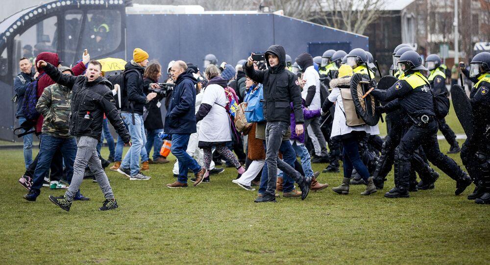 Demonstracja przeciwko środkom ograniczającym dotyczącym koronawirusa w Amsterdamie