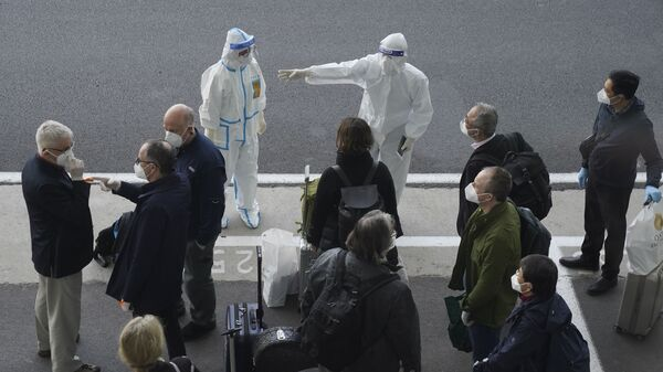 Członkowie WHO, którzy przybyli na lotnisko Wuhan w Chinach - Sputnik Polska