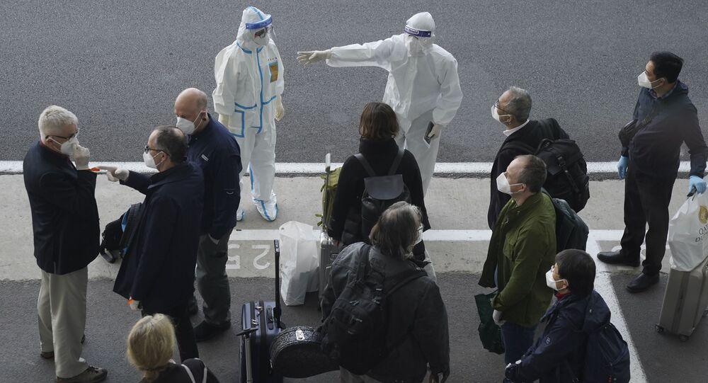 Członkowie WHO, którzy przybyli na lotnisko Wuhan w Chinach