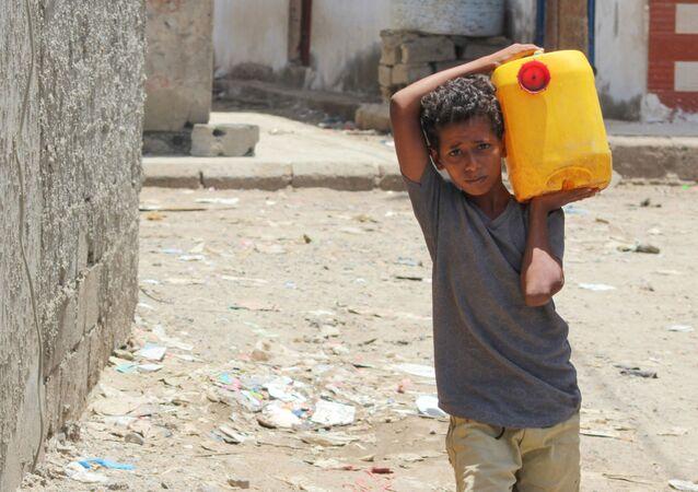 Chłopiec z kanistrem z wodą w stolicy Południowego Jemenu, Adenie