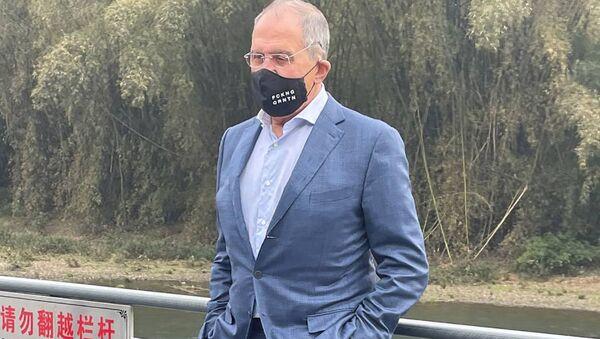 Siergiej Ławrow w masce z napisem FCKNG QRNTN - Sputnik Polska