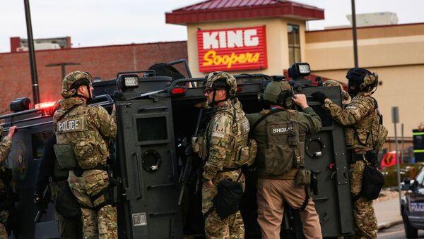 Policja na miejscu strzelaniny w supermarkecie w Kolorado - Sputnik Polska