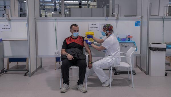 Mężczyzna otrzymuje szczepionkę AstraZeneca w szpitalu w Madrycie - Sputnik Polska