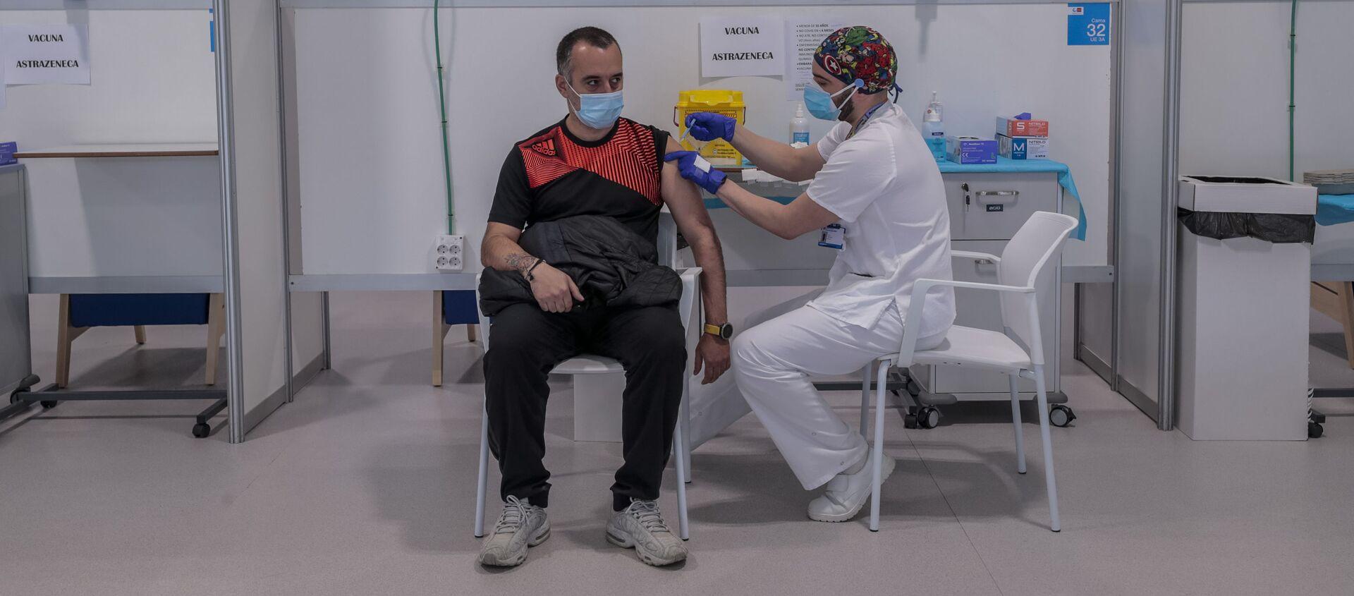 Mężczyzna otrzymuje szczepionkę AstraZeneca w szpitalu w Madrycie - Sputnik Polska, 1920, 22.05.2021
