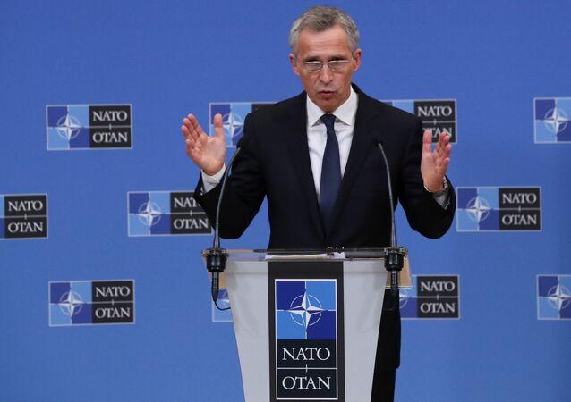 Sekretarz generalny NATO Jens Stoltenberg podczas konferencji prasowej w Brukseli w Belgii