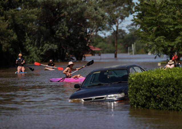 Ludzie pływają po ulicam w Australii
