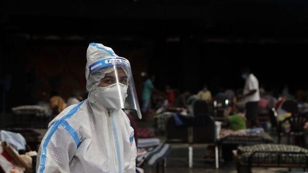 Lekarz w kombinezonie ochronnym na oddziale izolacyjnym dla chorych na koronawirusa w Bombaju, Indie - Sputnik Polska