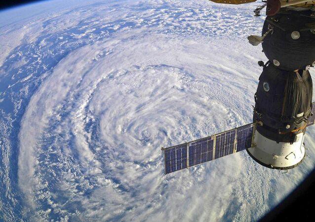 Międzynarodowa Stacja Kosmiczna przelatuje nad cyklonem