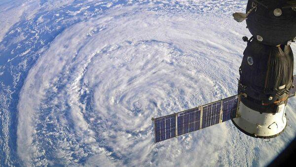 Międzynarodowa Stacja Kosmiczna przelatuje nad cyklonem - Sputnik Polska