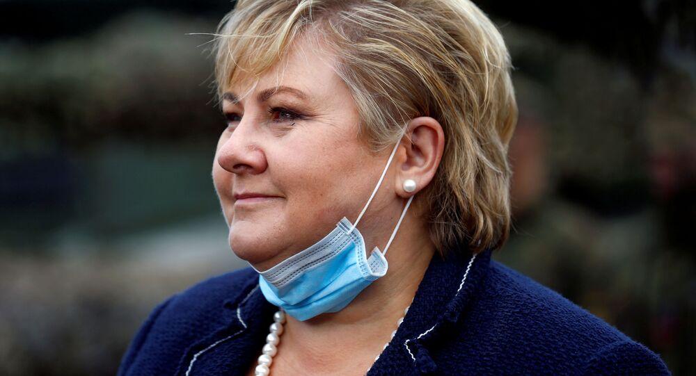 Premier Norwegii Erna Solberg w masce medycznej na brodzie