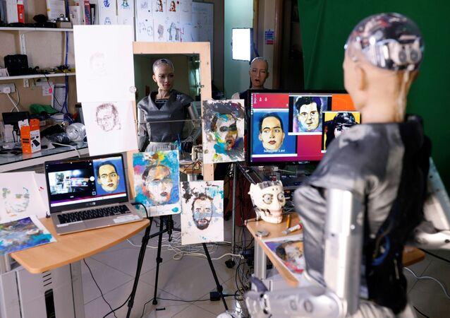 Robot Sophia i jej dzieła sztuki w Hongkongu