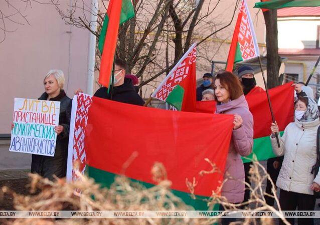 Protesty pod polskimi konsulatami na Białorusi