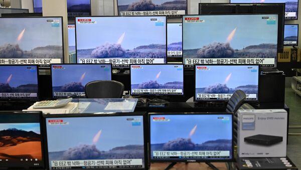 Wiadomości o wystrzeleniu północnokoreańskich rakiet w Seulu - Sputnik Polska