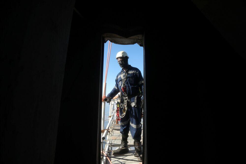 Pracownik budowlany przygotowuje się do wejścia na Statuę Chrystusa Zbawiciela