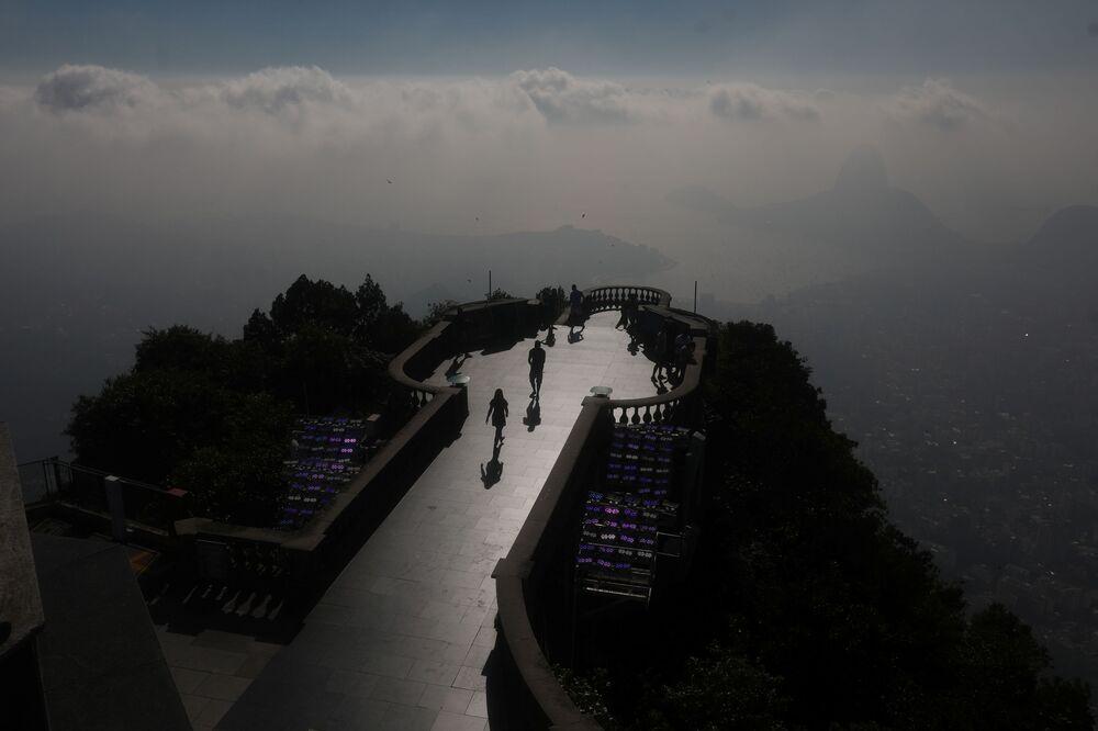 Zwiedzający przed Statuą Chrystusa Zbawiciela w Rio de Janeiro w czasie restauracji