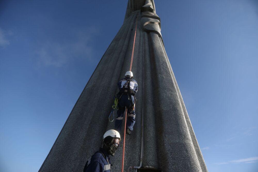 Pracownicy budowlani w czasie restauracji Statui Chrystusa Zbawiciela w Rio de Janeiro, Brazylia