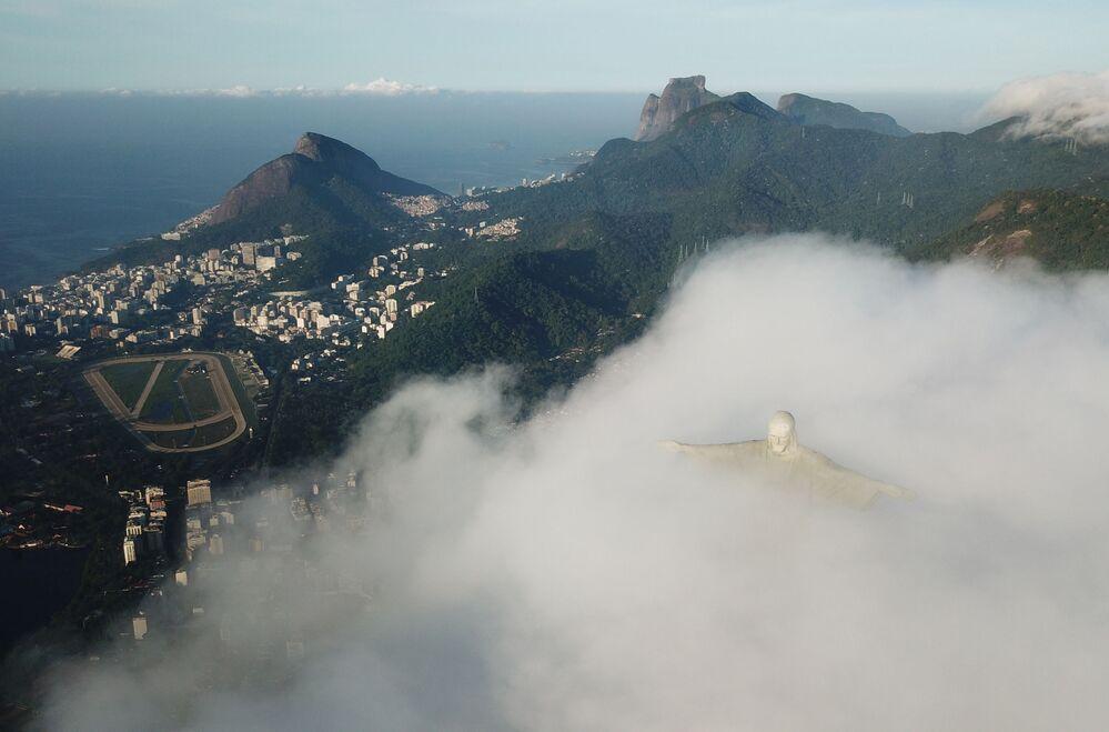 Widok na Statuę Chrystusa Zbawiciela w Rio de Janeiro w czasie restauracji