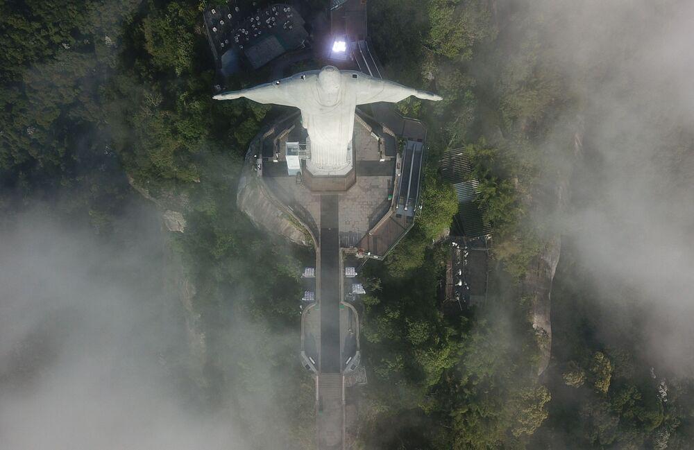 Widok z góry na Statuę Chrystusa Zbawiciela w Rio de Janeiro w czasie jej restauracji