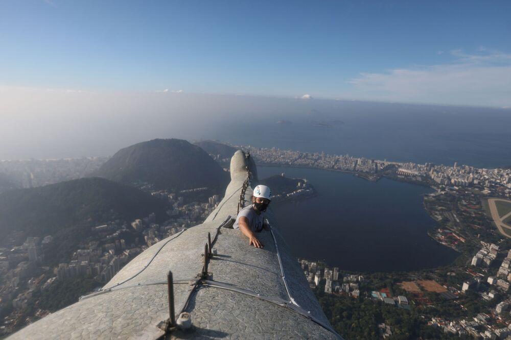 Architekt Cristina Ventura, odpowiedzialna za restaurację Statui Chrystusa Zbawiciela w Rio de Janeiro sprawdza rękę monumentu