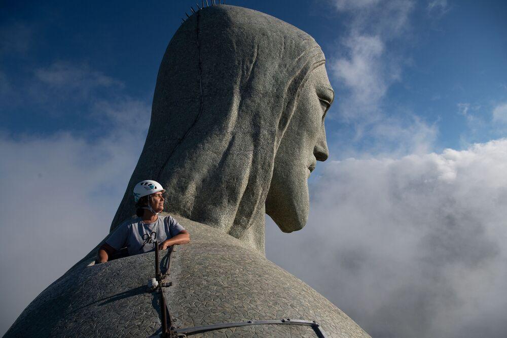 Architekt Cristina Ventura, odpowiedzialna za restaurację patrzy z góry Statui Chrystusa Zbawiciela w Rio de Janeiro