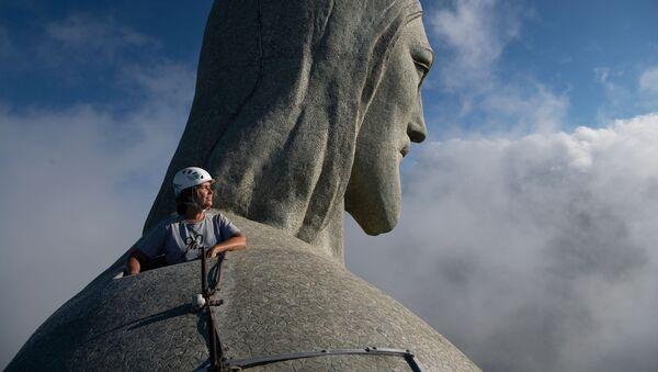 Architekt Cristina Ventura, odpowiedzialna za restaurację patrzy z góry Statui Chrystusa Zbawiciela w Rio de Janeiro - Sputnik Polska