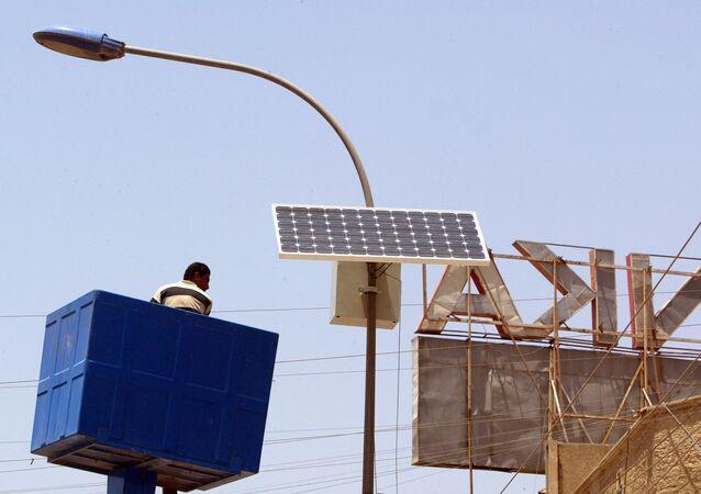 Montaż baterii słonecznej w Iraku.