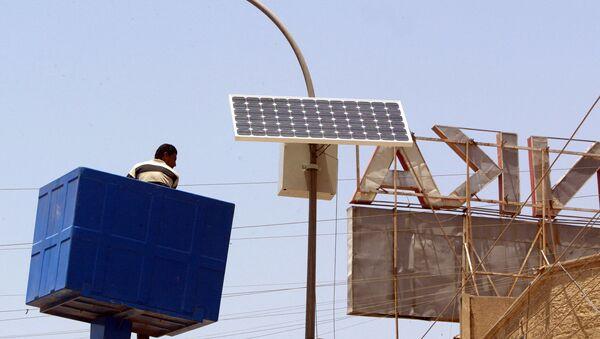 Montaż baterii słonecznej w Iraku. - Sputnik Polska