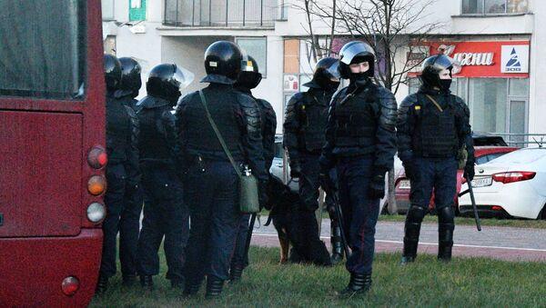 Funkcjonariusze organów ścigania podczas zatrzymań w Mińsku - Sputnik Polska