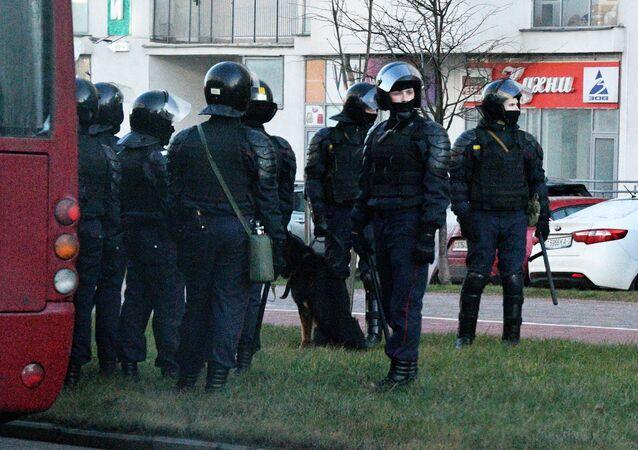 Funkcjonariusze organów ścigania podczas zatrzymań w Mińsku