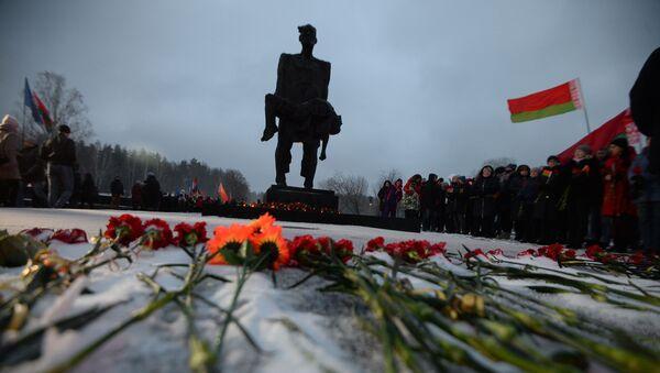 Wiec na terytorium kompleksu cmentarnego obok głównego pomnika chatyńskiego - Sputnik Polska