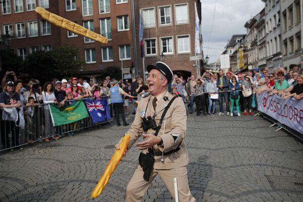 Mężczyzna przebrany za francuskiego żandarma z lat sześćdziesiątych żongluje dwiema bagietkami w Dusseldorfie w Niemczech - Sputnik Polska